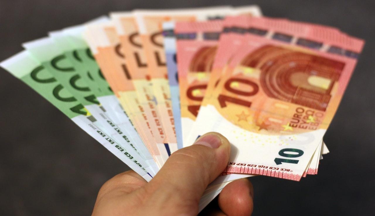 Hand met euro biljetten