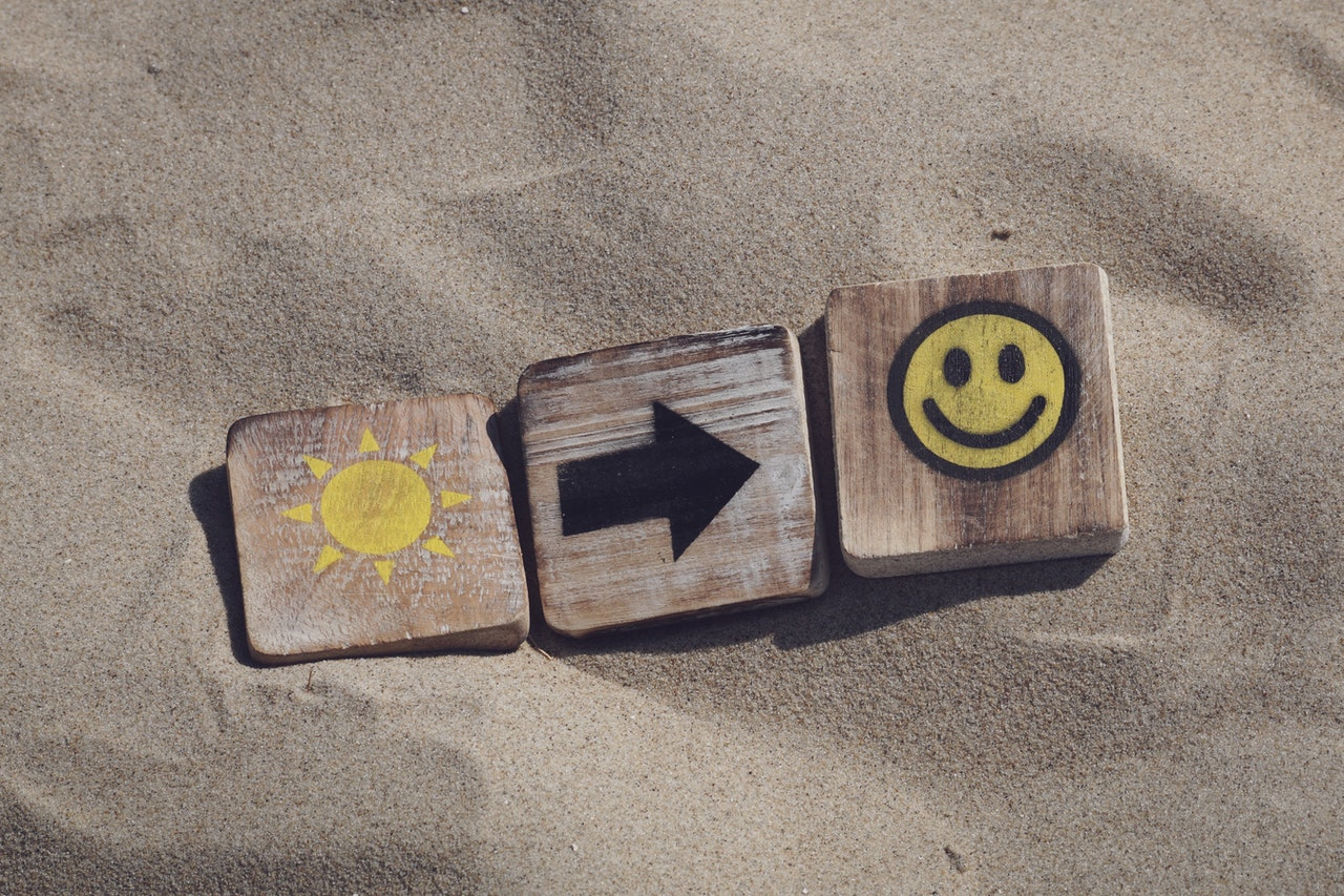zonnetje pijl glimlach in het zand