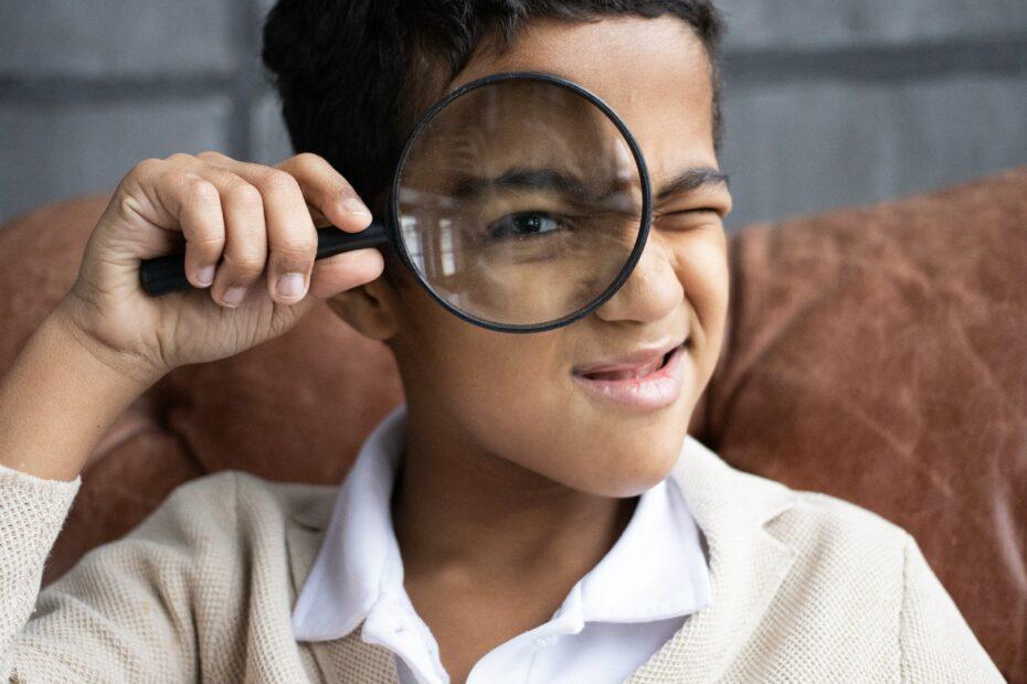 jongen met vergrootglas