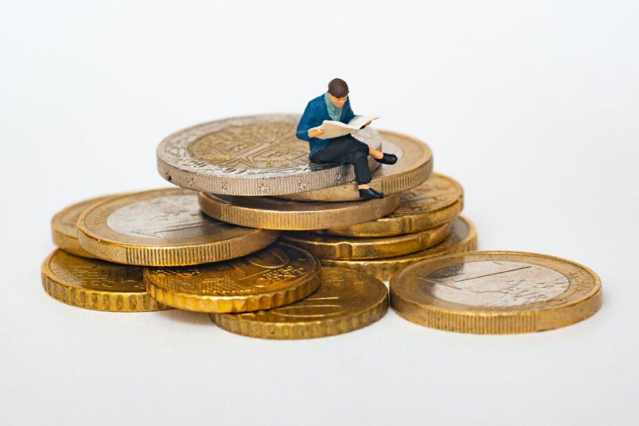 poppetjes zit op stapel euros
